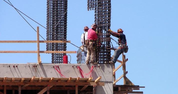 Gestes et postures : ouvriers sur chantier