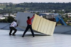 Gestes et postures : ouvriers sur un toit