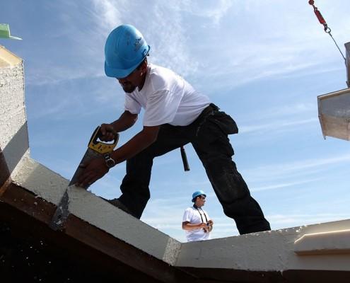 Gestes et postures : ouvrier sur un toit