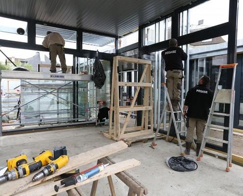 Ouvriers sur un chantier - pose de menuiserie